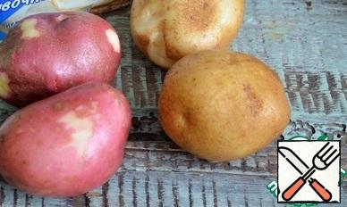 Wash the potatoes thoroughly, as they are served with the peel. Bake in the oven until tender.