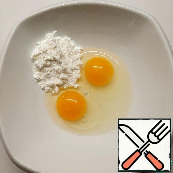 For the cream, mix the eggs with the starch. Heat the milk almost to a boil and pour a thin stream into the eggs with starch, stirring intensively. Cook until very thick semolina porridge. Stir constantly to avoid burning.