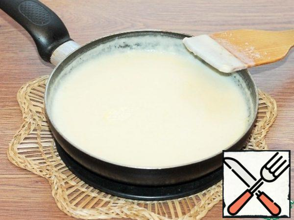In small portions, pour the milk into the pan and, stirring constantly, heat over low heat until the flour is completely dissolved and the sauce becomes homogeneous.