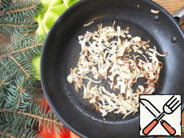Cut the onion into quarters and fry until golden brown.