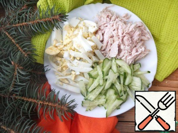 Cut the eggs, cucumber and chicken into strips.