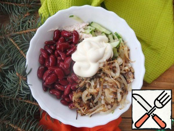 Mix the beans, fried onions, eggs, chicken and cucumber. Salt, season with mayonnaise.