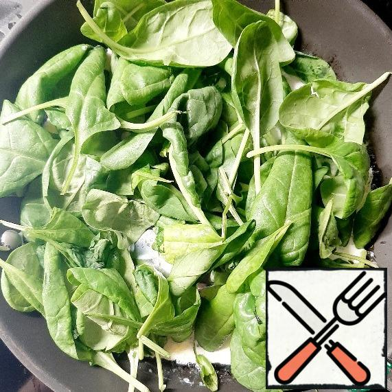 Pour the cream into the garlic and add the washed spinach.