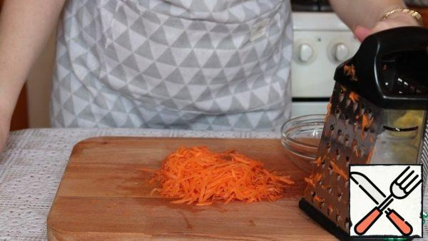 Carrots are cleaned and grated. After 2 minutes, we send the carrots to the pan.