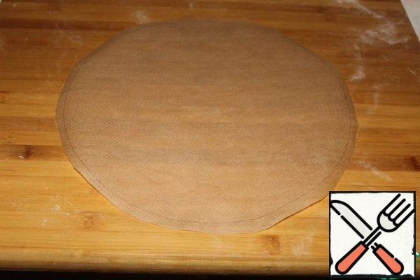 Cut out a circle with a diameter of 32 cm from the parchment.