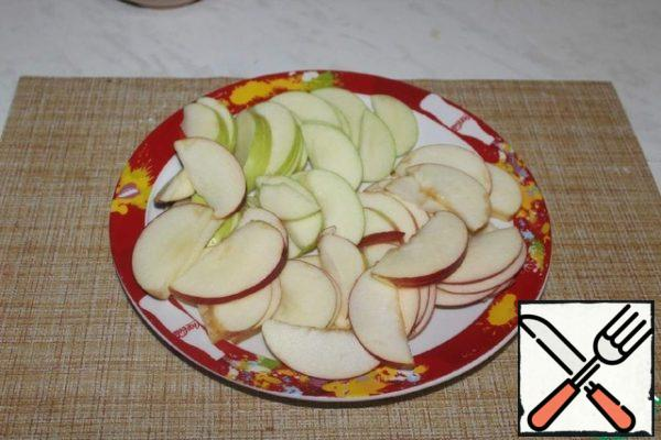 Cut the apples into slices.