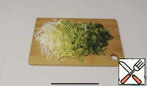 Cut the leek in half, cut into half rings not too thin and small.