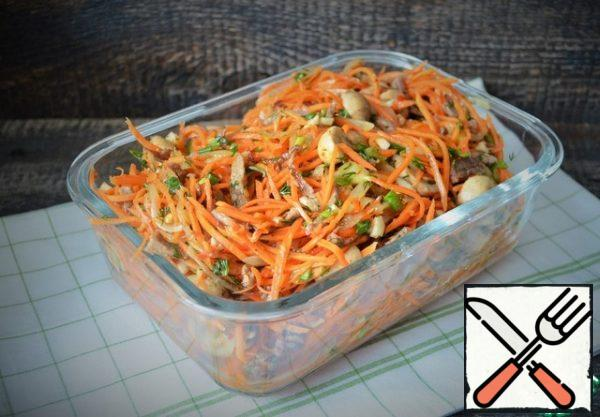 Transfer to a convenient storage container and put it in the refrigerator for infusing. The salad is ready in 1-2 hours, but after a day it is much tastier. Lettuce will turn out a lot, 1, 2 kg., but it is perfectly stored for up to a week.