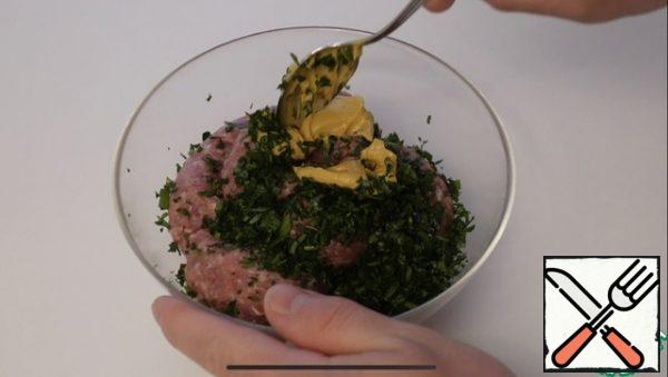 Add the minced meat, chopped parsley, a teaspoon of Dijon mustard, mix everything well.