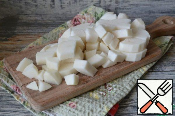Peel the daikon and cut it into cubes.