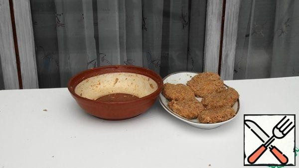 Knead the minced meat and form cutlets.