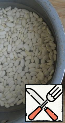 For cooking, we take white beans, I used Agro-Alliance. We wash it well, you can soak it in advance for the night with water. Fill with water in a ratio of 1 to 3, bring to a boil and cook over low heat until almost ready for about 1 hour.
