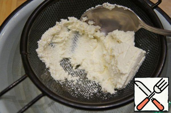 Meanwhile, prepare the filling. Rub the cottage cheese or punch it with a blender.