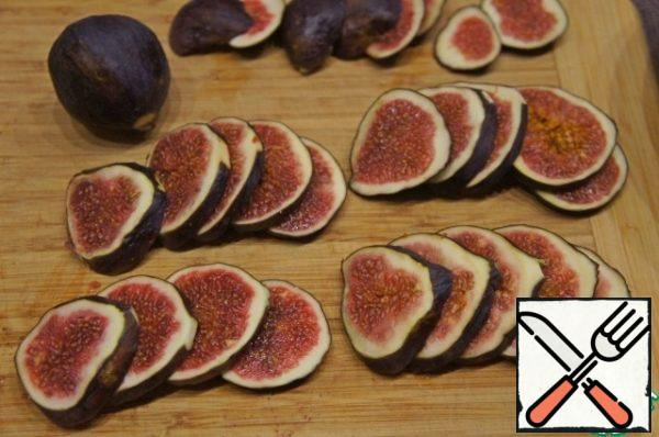 Wash the figs, dry them and cut them into thin slices.