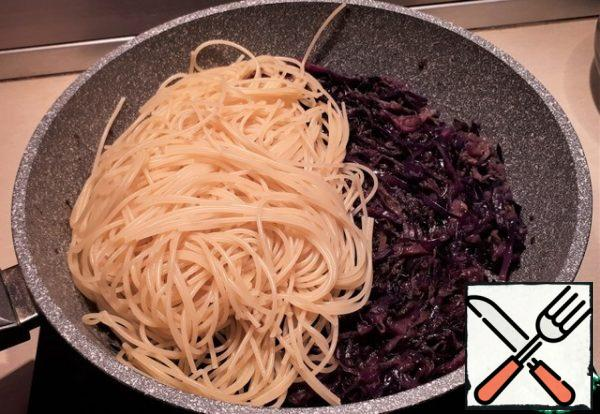 We throw the spaghetti in a colander, but do not pour out all the water, it can be useful. Transfer the spaghetti to the cabbage and onion, mix everything well. Here you can see for yourself, if your inner voice tells you that you need to add water from under the spaghetti-add it. My inner voice told me to add 4 tablespoons of water. So I did.