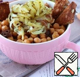 Put the finished chickpeas in a plate, add the sliced onion and grated pickle on top. Serve with fried croutons.