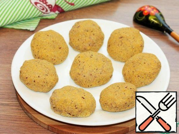 In preheated vegetable oil, fry the cutlets until golden brown on both sides.