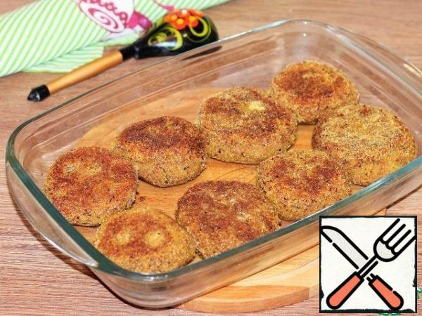 Lubricate the baking dish with vegetable oil and put the cutlets.