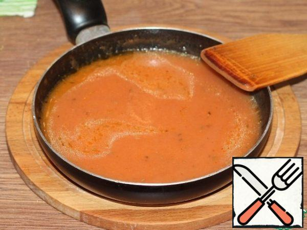 In a dry frying pan, heat the flour. Then gradually add the tomato liquid and mix periodically. We bring the sauce to a slight thickening, in consistency, like liquid sour cream.