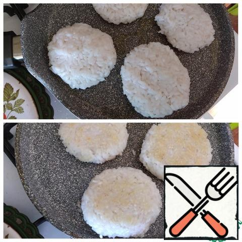Fry the cutlets. Heat a frying pan with olive oil. With wet palms, we form round cutlets. The rice is sticky and the cutlets are easy to form. Blush the cutlets on both sides. They are perfectly turned over and do not crumble. From the amount of cooked rice porridge, I got 6 pieces of cutlets.