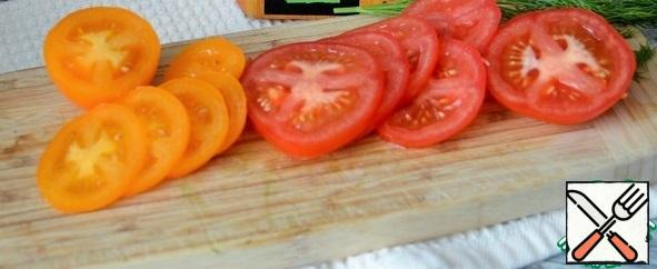 Wash the tomatoes and herbs and dry them. Cut the tomatoes into thin slices.