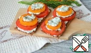 On the tomato pyramid cheese mass, sprinkle with ground black pepper.