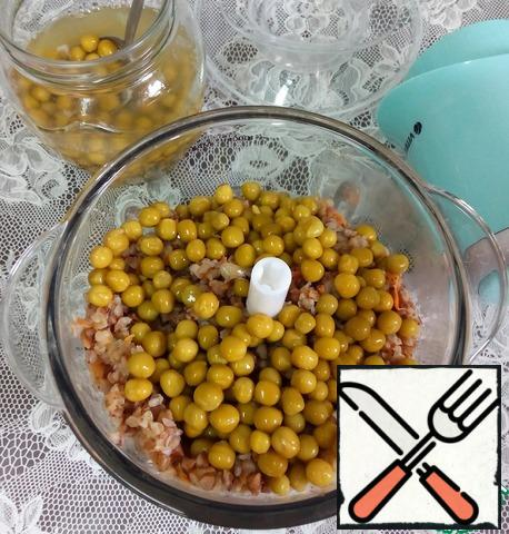 Add the canned green peas (about 6 tablespoons), chop with a blender or chopper. The mass turns out to be a little viscous and from it the cutlets will be molded easily. Moisten your hands with cold water; shake off the excess drops, make small round cutlets with your hands.