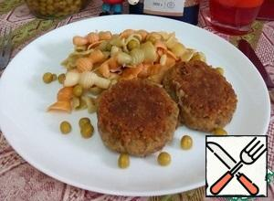 Place part of the tricollini on a serving plate, add the cutlets and 1 tbsp of canned green peas. Serve the dish hot. Bon Appetit!