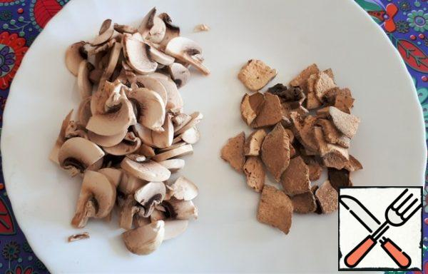 Mushrooms cut into plates, dried porcini mushrooms just take out of a linen bag and sniff with a satisfied smile. Oh, how wonderful they smell! Just before laying the porcini mushrooms, put them in a bowl, pour the broth from the soup and let them stand for 5 minutes. Then, together with the infused broth, we will send them to the soup.