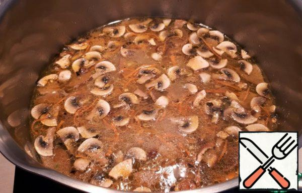After about 5 minutes, add the roast. Boil for a few more minutes and turn off the heat. Let the soup brew a little.