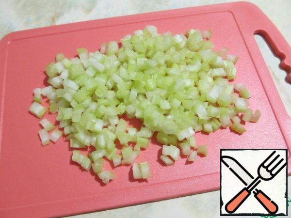 Cut the celery stalks finely.