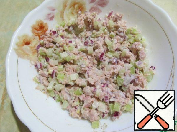 Wash the onion and celery a little with water and add to the tuna, season with mayonnaise, pepper and salt to taste.