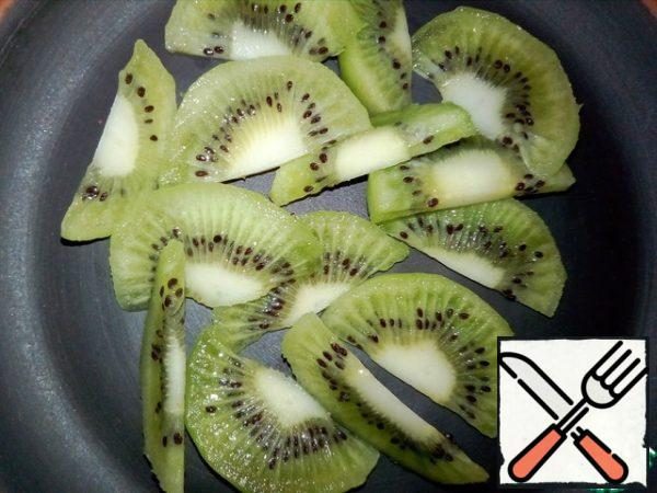 Peel the kiwi and cut it into slices.