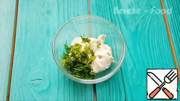 Make the sauce, put the chopped dill, finely chopped pickles, chopped garlic in the mixture of sour cream and mayonnaise and mix everything. The sauce is ready!