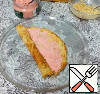Transfer to a plate, grease with fish roe, roll into a roll and cut diagonally into several small pieces.