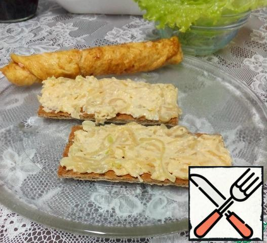 Spread the bread with cheese and onion mass, put the lettuce leaves on top.