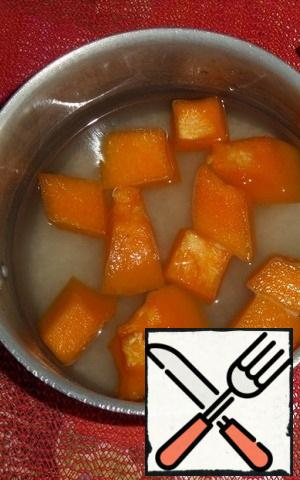 In a saucepan, put the rice and sliced pumpkin (you can take a frozen pumpkin, as in my case). Add salt and sugar.