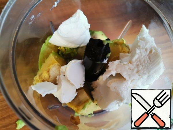 In the bowl of a blender, put the ripe, peeled avocado, salt and cream cottage cheese.