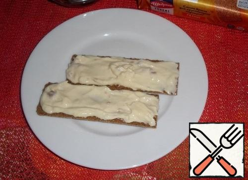Spread the processed cheese and ham on the loaves and distribute evenly.