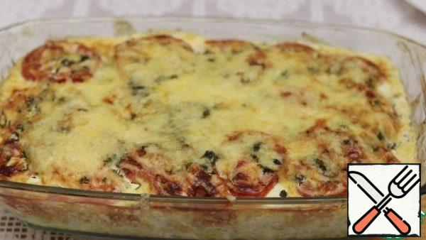The casserole with a golden crust is ready. Serve with fresh vegetables. Bon appetit.