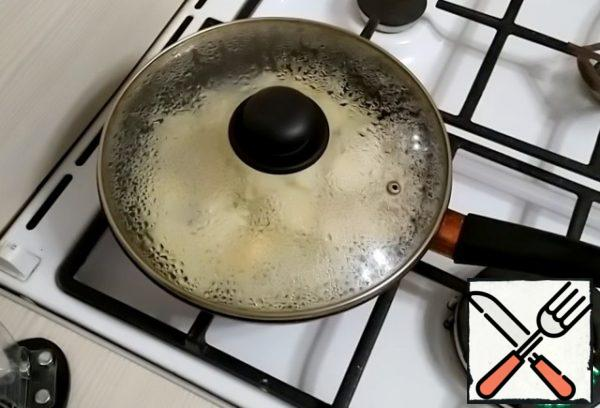 Put the pears in the pan. Pour out the vanilla sugar. Add 100 ml of warm water. Simmer under a closed lid for about 4 minutes.