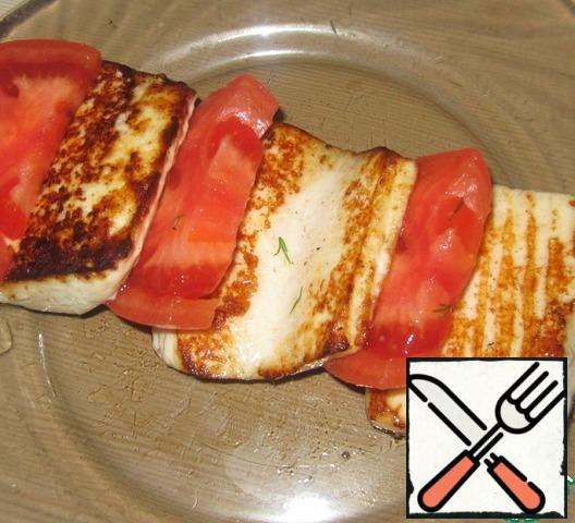 Remove the skin from the tomato and put it together with the cheese.