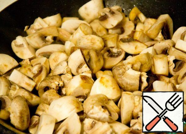 Chop the mushrooms coarsely and fry in oil, over high heat. So they do not have time to give the juice and remain juicy. Add salt at the very end.