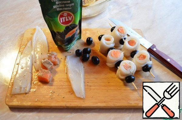 Cut the squid into 4 pieces ( to get 4 long strips from each squid). Cut the salmon into small cubes. Roll the squid and salmon into a roll, string on a skewer, alternating raspberries with a roll.