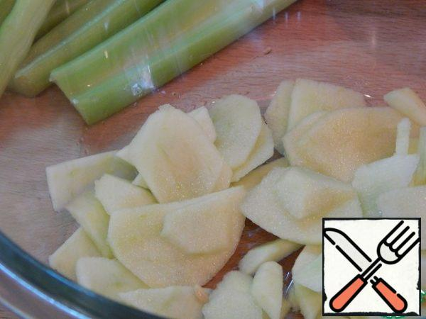 Cook the quinoa and let it cool. Meanwhile, peel the apples and cut them into slices. Sprinkle with lemon juice.