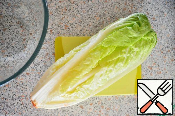 We wash the salad well and cut it.