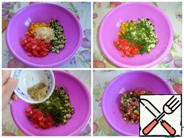 We collect our salad. In a cup, put the chopped vegetables, couscous, greens. Add the salad dressing. Mix well.