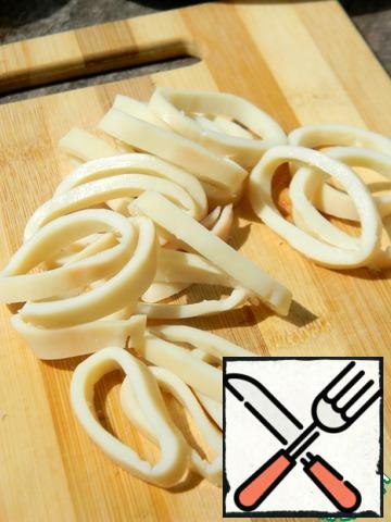 Cut the squid into rings.
