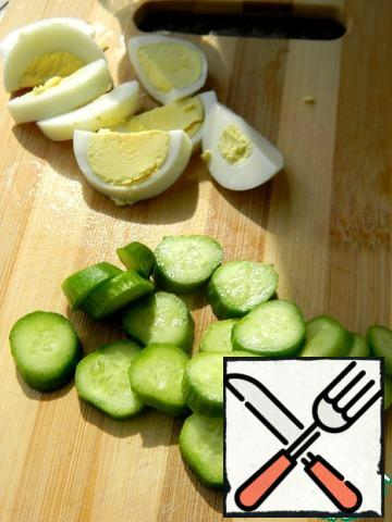 Slice the cucumber and egg.