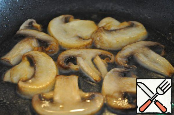 Mushrooms thinly cut and quickly fry in a hot frying pan. I'll put it on a serving plate.